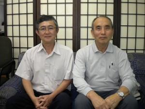 青山書記(左)と徳植牧師