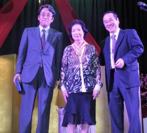 記念メダルを受け取った山田イザウラさん