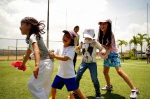 ムカデ競争で楽しむ子どもたち