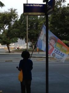 リオの街角に経つ選挙運動員