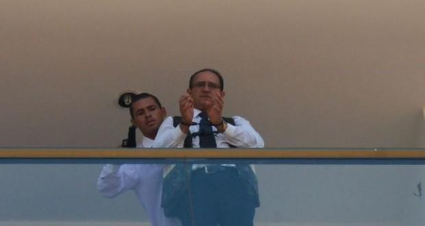人質をとって脅迫している容疑者(Jose Cruz/Agencia Brasil)