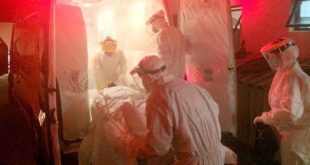 飛行機でリオに搬送されるエボラ出血熱感染の疑われる患者(Vanderlei Faria/SECOM Cascavel-Pr)