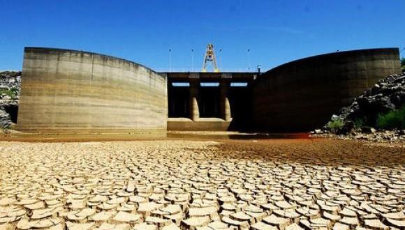 ひび割れた地表が続くカンタレイラ水系の貯水池(Divulgação/Sabesp)
