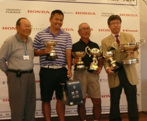 左から近沢宗貴理事長、男子スクラッチ2位のアレックス・カワハラダさんと1位の飯島秀昭さん