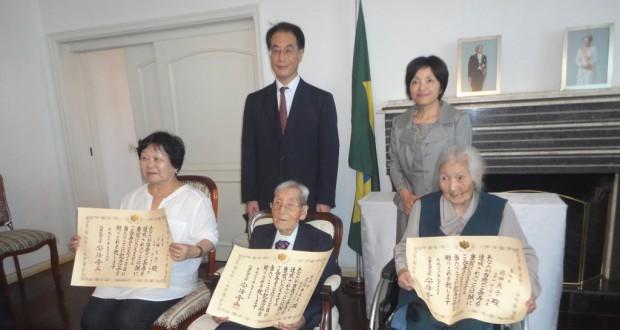 (前列左から)代理の小林眞佐美さん、久保田さん、前田さんと総領事夫妻