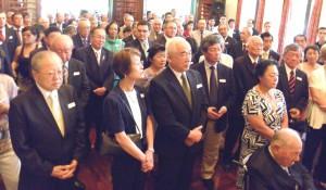 総領事公邸に集まった人々