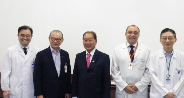 左から北原医長、太田マーケティング部長、石川理事長、レオネル・フェルナンデス病院長、ジュリオ・ヤマノ技術部長