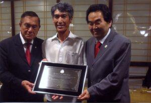 左からACALの池崎博文会長、鴻池さん、羽藤州議