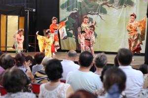 非日系の少女も艶やかな衣装で舞踊を披露