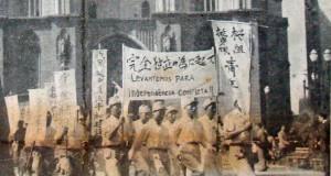 桜組挺身隊がセー広場を行進する様子(パ紙55年2月4日付)