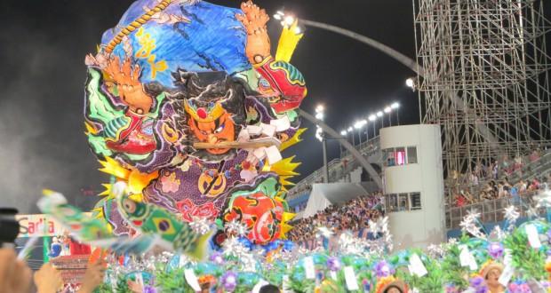 3500人の大行進のしんがり近く、4台目の山車に乗って勇壮に登場したたちねぷた「鹿島大明神と巨大鯰」(Foto=Kimio Ido)