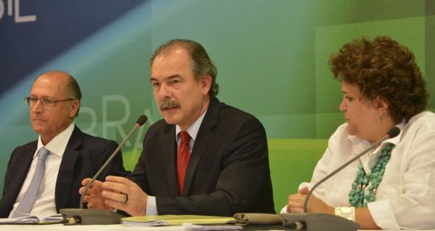 水問題を巡る会合後の記者会見(1月30日、左からジェラウド・アウキミン聖州知事、アロイジオ・メルカダンテ官房長官、イザベラ・テイシェイラ環境相、José Cruz/Agência Brasil)