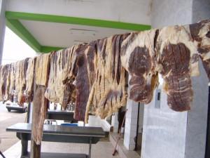 牛肉を干してカルネ・デ・ソールを作っているところ(Foto=Aline Cruz, site de UFMG)