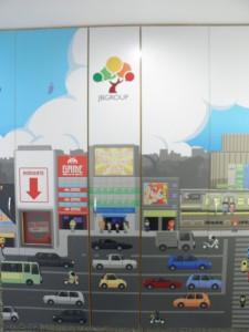エレベーターを降りるとドット絵で秋葉原の町並みが。JBC社が翻訳を手がけた漫画のキャラクターがあしらわれている。