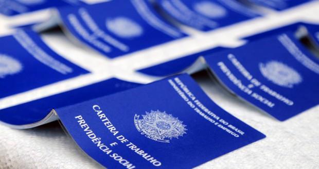 正規雇用に不可欠な労働手帳(Waldecir Galor/SMCS)