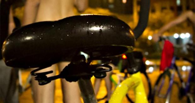 裸で抗議するサイクリストたち(Filipe Castilhos/Sul21)