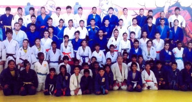 マカパで指導した生徒らと記念撮影に納まる松尾さん(最前列の中央右)