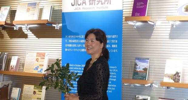東京都新宿区市ヶ谷のJICA地球ひろばで講演する上原さん
