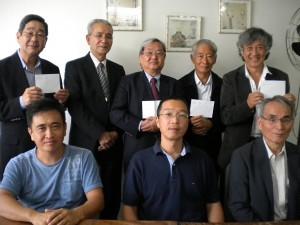(前列左から)高梨会長、立石会計、馬場元所長と福祉団体関係者