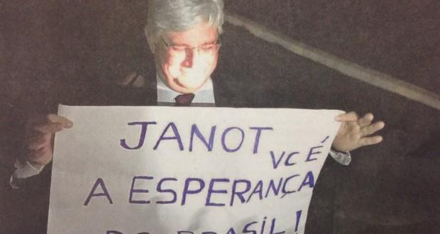 2日、抗議活動家が作った応援ボードを微笑みながら握るジャノー長官(VEM PRA RUA)