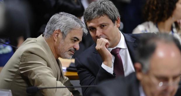 献金に疑惑がかけられたリンドベルグ・ファリアス上議(右)とウンベルト・コスタ上議(共にPT、Edilson Rodrigues/Agência Senado)