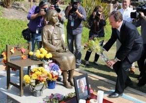 2014年4月22日、米ロサンゼルス郊外グレンデールで、従軍慰安婦問題を象徴する少女像に献花するシフ議員(共同)