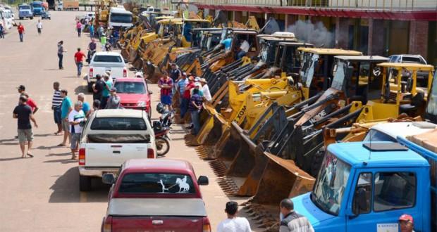 駐車場にずらりと並ぶショベルカーやダンプ、トラクターなど(Prefeitura de Rio Branco)