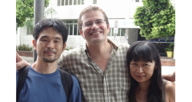 一條直子・ルシアノ夫妻(右)と記者(西牟田さん提供)
