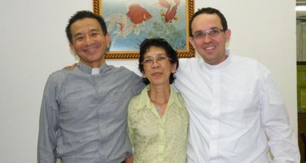 左から徳弘牧師、音楽教室補佐の佐野富枝さん、メロ牧師