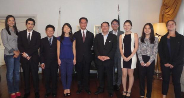池田総領事、藤村副会長(中央)と留学生の皆さん