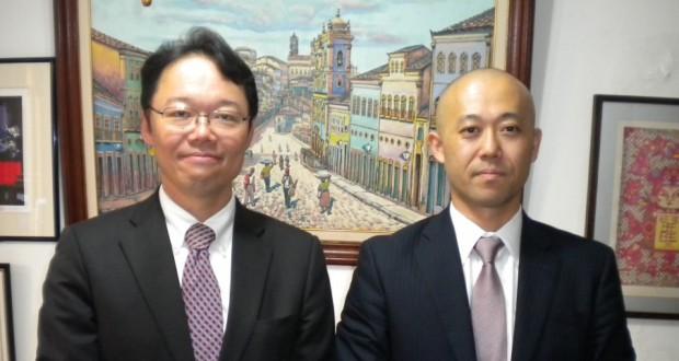 坪井領事(左)と後任の蛭子領事
