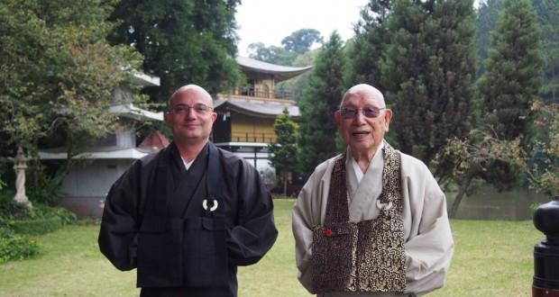 金閣寺をバックに、円光寺のルイスさんと大畑住職