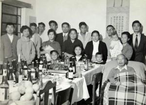 親族に囲まれた晩年の吉川(右手前、早田家所蔵)
