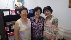 来訪を呼びかける(左から)梅木シズカさん、古河弘子さん、清水ユリコさん