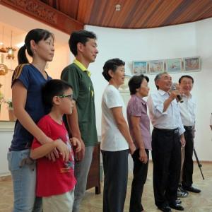 安永家4代、奥から修道さん(マリンガ、三世)、マイク持つ和教さん(三世)、左から3人目が修さん(四世)、手前が雪兎くん(五世、9歳)