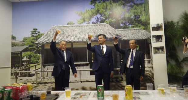 (左から)西村武人顧問、髙元次郎領事、要田武会長