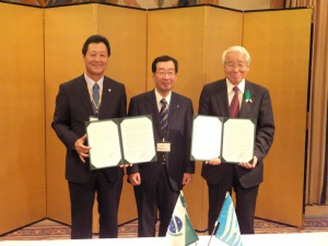 声明調印式で、左から西森団長、三野理事長、井戸県知事