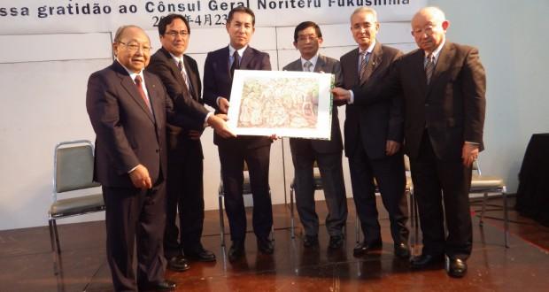 日系5団体からの記念品を受け取る総領事