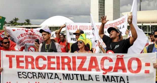7日ブラジリア議院前広場で非正規雇用契約法案に反対する抗議者たち(Lucio Bernardo Jr./Camara dos Deputados)