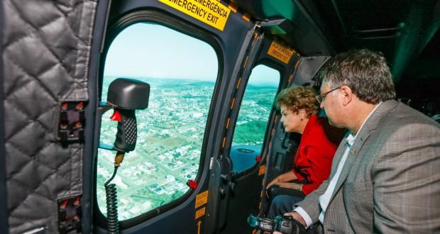竜巻の被害を受けたサンタカタリーナ州を視察するジウマ大統領(27日、Roberto Stuckert Filho/PR)