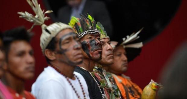 16日、議会傍聴席での先住民リーダーたち(Wilson Dias/Agência Brasil)