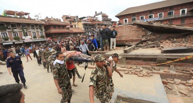 瓦礫に埋もれた被災者を救出する救助隊員(Laxmi Prasad Ngakhusi/UNDP Nepal 25/04/2015)