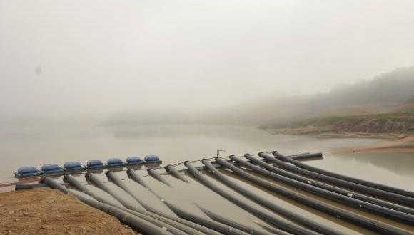 カンタレイラ水系に設置された〃未開の水域〃取水用のポンプ(Sabesp/Divulgação)