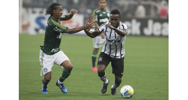 一時逆転となるゴールを挙げたコリンチャンスのメンドーサ(右)とパルメイラスの元ブラジル代表アロウカ(Daniel Augunst Jr./Ag. Corinthians)