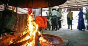 焚き火でじっくりとあばら骨を焼くガウーショ料理の様子(Foto: Francielle Caetano/PMPA)