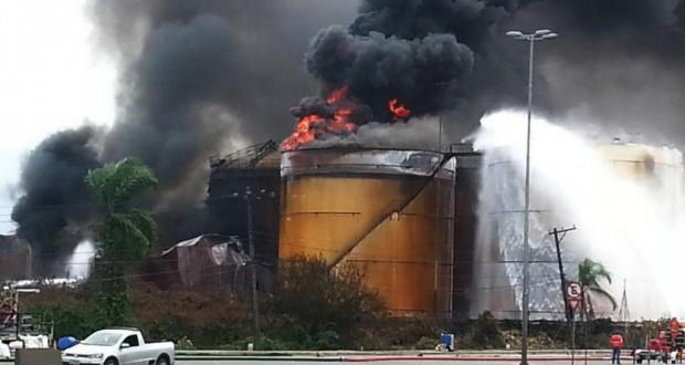 一旦は鎮火したといわれたが再燃しているタンク(Corpo de Bombeiros da PMESP)