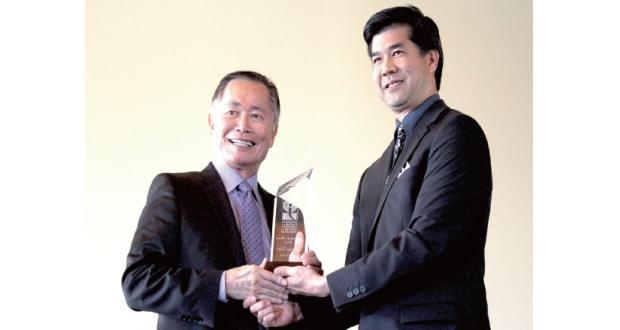 今年度のトモダチ表彰を受賞したジョージ・タケイさん(左)