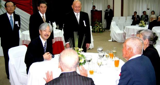 06年パラグアイ訪問時に老移民から話をお聞きなる秋篠宮殿下