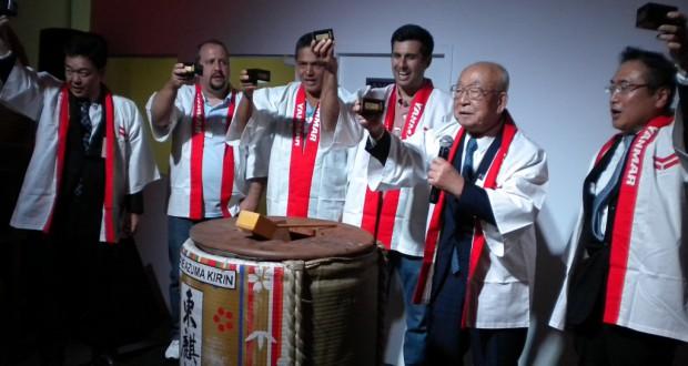 乾杯する(右から)北原社長、後藤参与ら