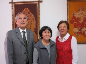 来社した坂本会長、久保田婦人部長、古田土婦人副部長(左から)